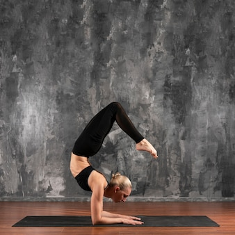 Femme flexible, vue côté, exercer