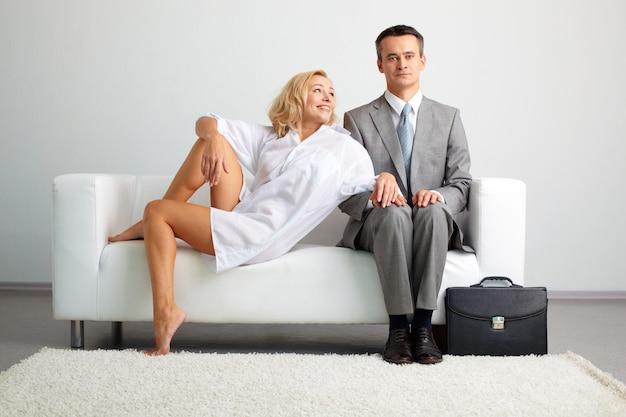 Femme flirter avec son mari