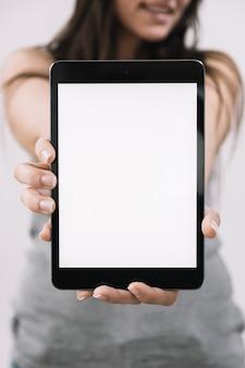 Femme floue démontrant la tablette
