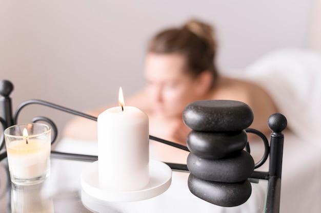 Femme floue, sur, table massage
