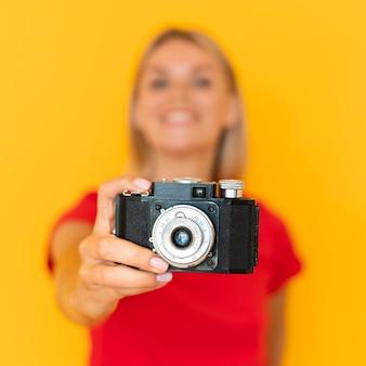 Femme floue tenant la caméra