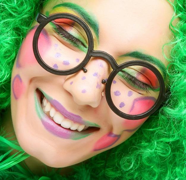 Femme folle au visage brillant souriant