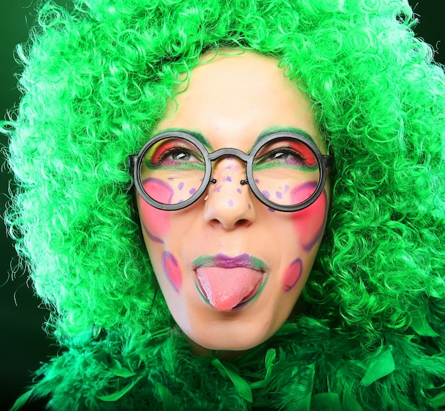 Femme folle sur fond vert