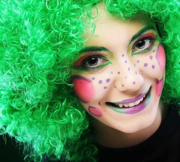 Femme folle avec visage créatif