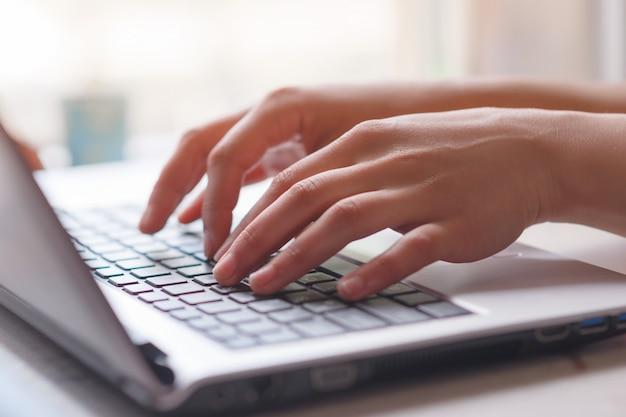 Femme, fonctionnement, maison, bureau, main, clavier, fin, haut