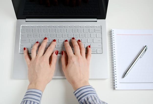 Femme, fonctionnement, ordinateur portable, bureau