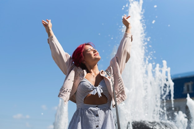 Femme, à, fontaine, dans, fond