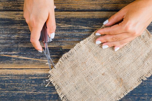 Femme formant un morceau de sac