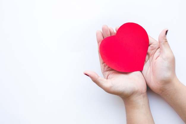Femme avec forme de coeur de papier rouge sur fond blanc.amour, saint-valentin