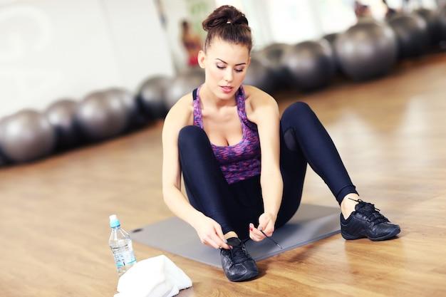 Femme en forme se prépare pour l'aérobic
