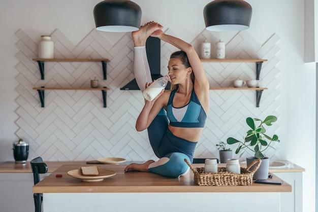 La femme en forme se réchauffe et mange en même temps.