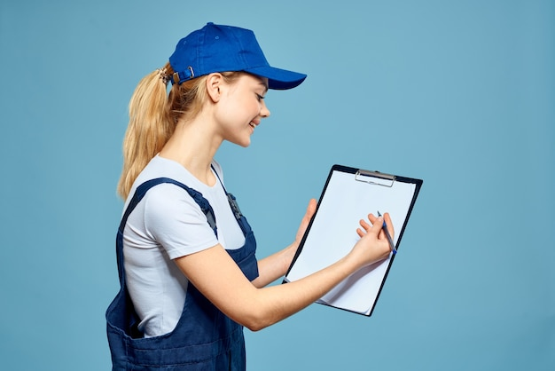 Femme en forme de travail paperasserie rendu services fond bleu de bureau de carrière. photo de haute qualité