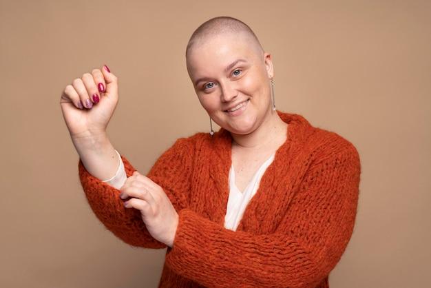 Femme forte souriante combattant le cancer du sein