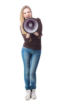 Femme fou hurlant avec le mégaphone
