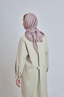 Femme avec foulard autour du cou et de la tête