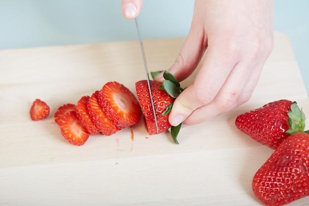 Femme, fraises