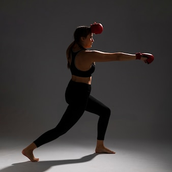 Femme frappant sur le côté avec des gants