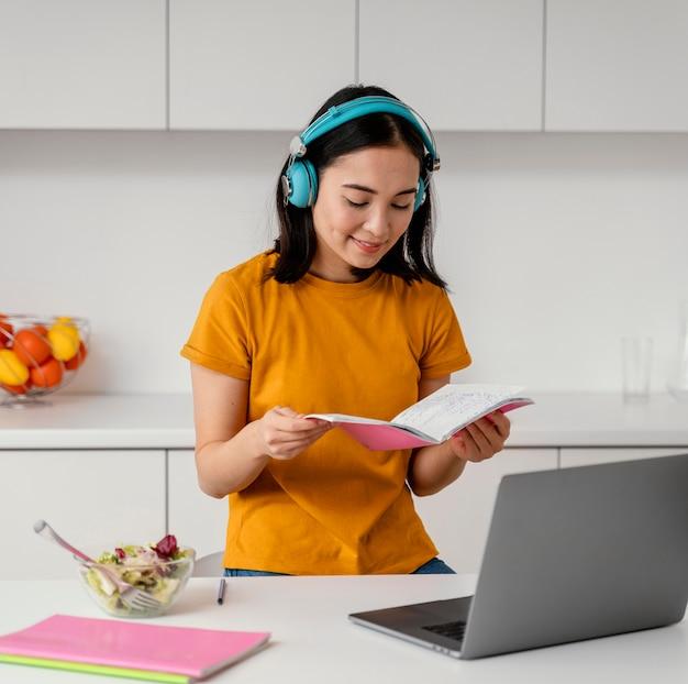 Femme fréquentant des cours en ligne