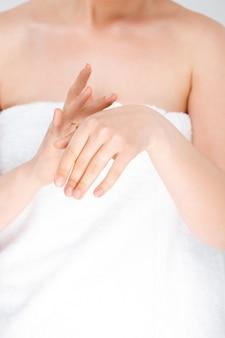 Femme, frottement, crème, mains, porter, serviette
