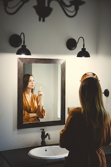 Femme, frottis, lotion, salle bains