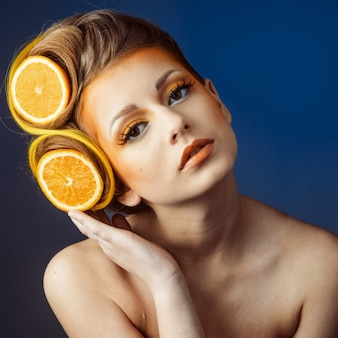 Femme avec fruit dans cheveux