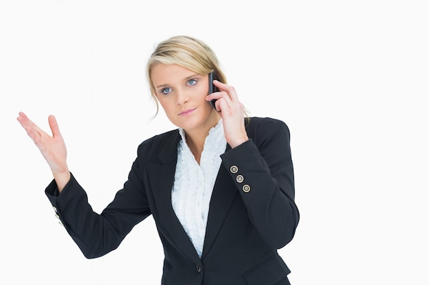 Femme frustrée au téléphone
