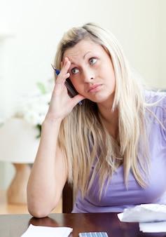 Femme frustrée ayant des problèmes financiers