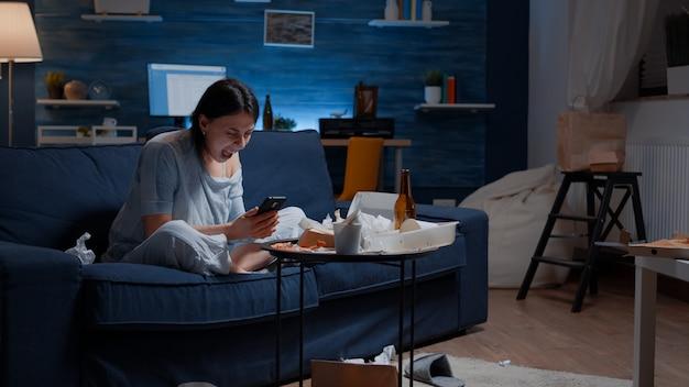 Femme frustrée déprimée, furieuse et désespérée criant et jetant son téléphone après avoir lu les services bancaires...
