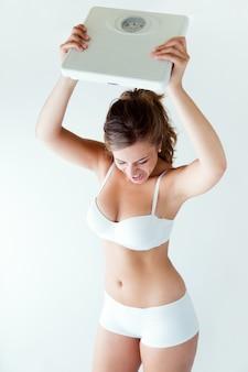 Femme frustrée avec échelle. isolé sur blanc