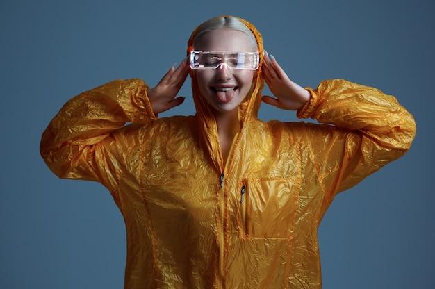 La femme futuriste drôle montre sa langue, futurisme