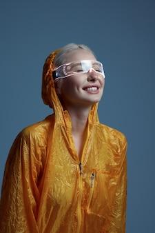 Femme futuriste en imperméable et lunettes modernes