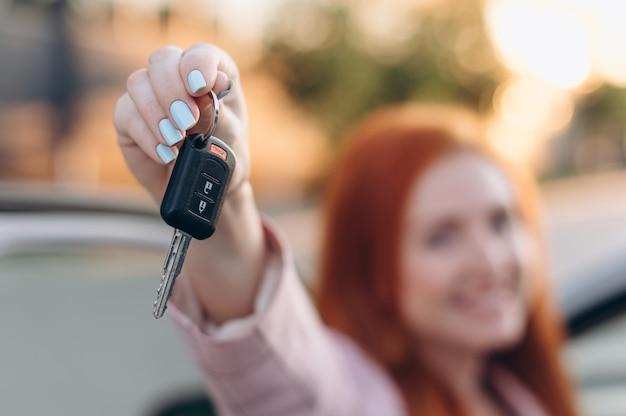 La femme a gagné une voiture