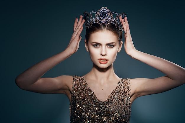 Femme gaie avec une couronne sur la célébrité de luxe de bijoux de tête