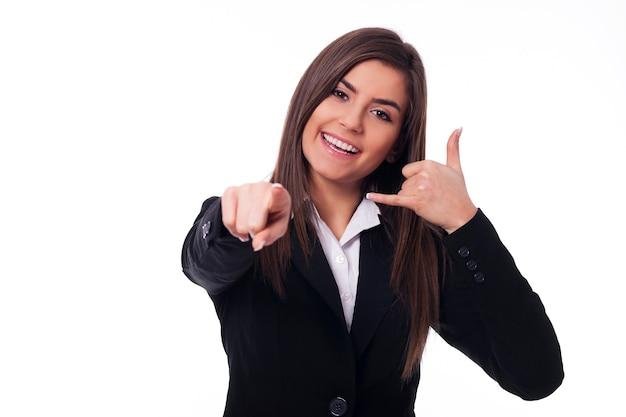 Femme gaie faisant signe