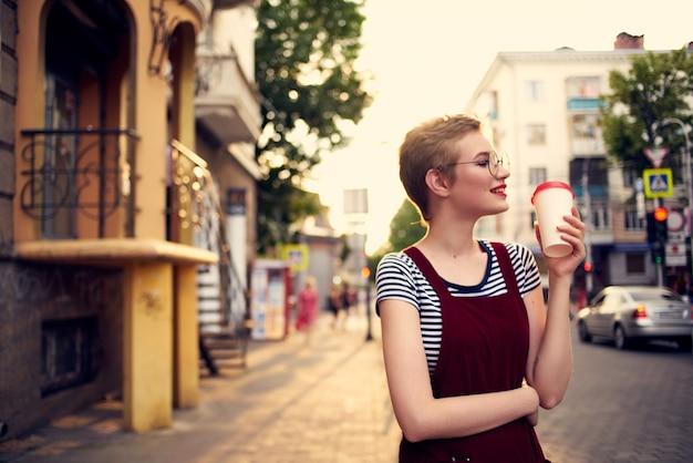 Femme gaie marchant sur la liberté de vacances de crème glacée de rue