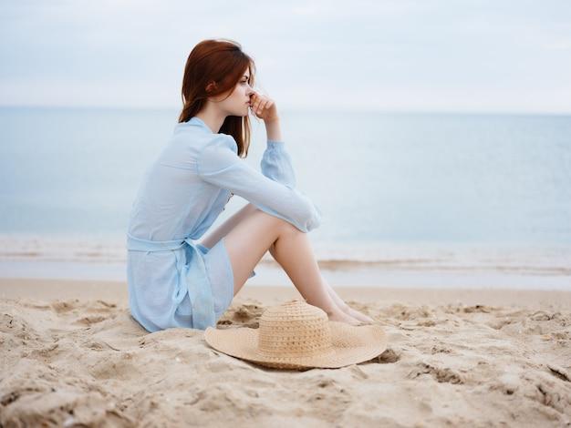 Femme gaie marchant sur le soleil de vacances de mer de paysage de plage