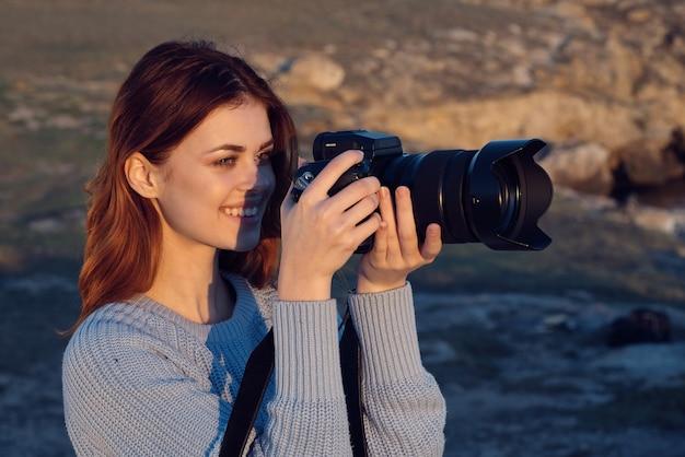 Femme gaie professionnelle de voyage de paysage de photographe de plein air