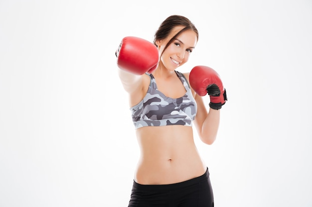 Femme en gants de boxe en studio. isolé