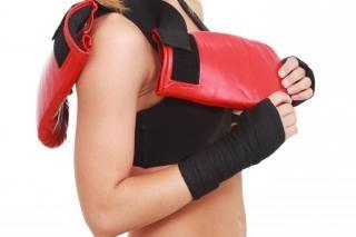 Femme avec des gants de boxe