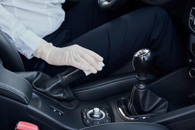 Femme, gants, nettoyage, voiture, intérieur