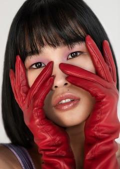 Femme, à, gants rouges, poser