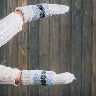 Femme, gants, tenue, quelque chose dans mains