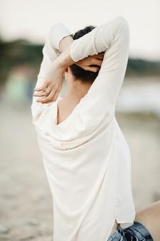 Femme garde ses mains derrière son dos