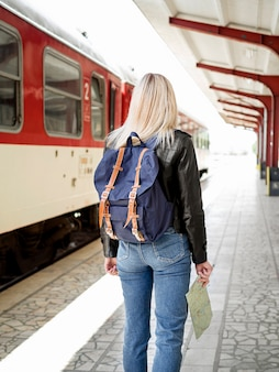 Femme à la gare