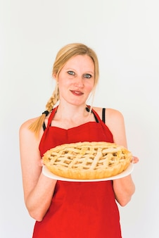 Femme avec gâteau sur plaque
