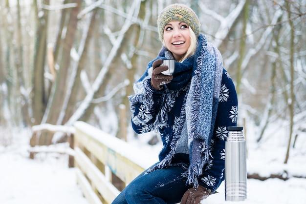 Femme, gelée, froid, hiver, se chauffer, à, chaud