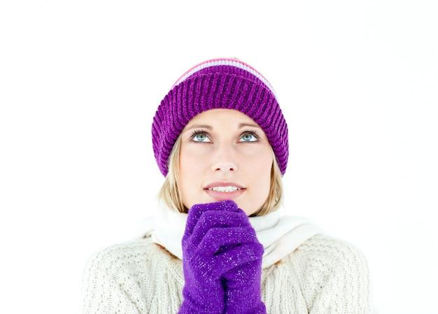 Femme gelée portant un bonnet et des gants