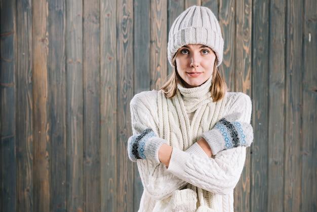 Femme gelée en pull blanc