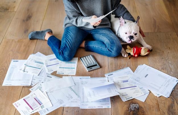 Femme gérant la dette