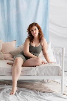 Femme gingembre confiant posant